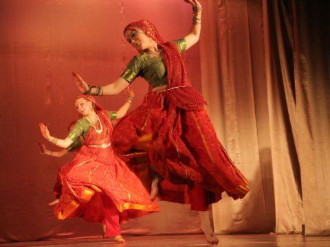 Эстрадные и народные индийские танцы. Все разнообразие музыки и красок индийского кино, народные танцы разных штатов, шуточные и лиричные. Данные танцы хорошо подходят как для официальных мероприятий, так и для свадеб, юбилеев и т.п.